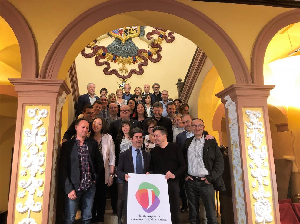 La corporación municipal de Huesca posa para la foto con los representantes de la Academia .