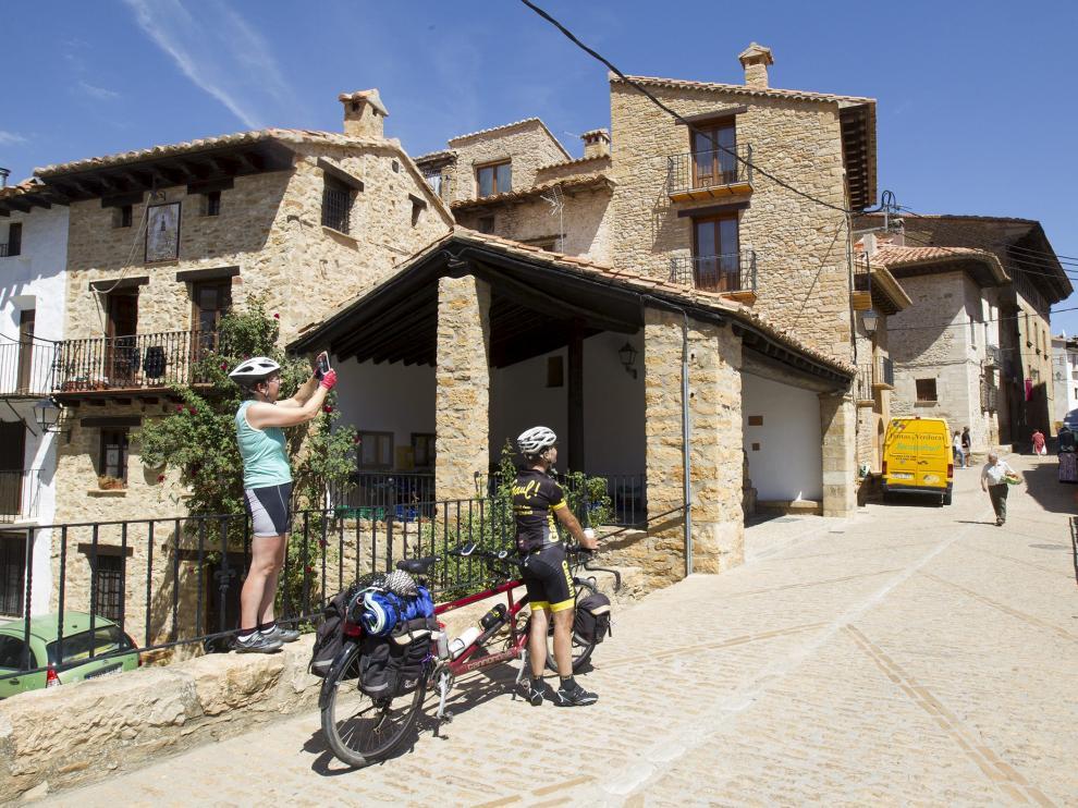 Turismo, turistas en  la Iglesuela del Cid.