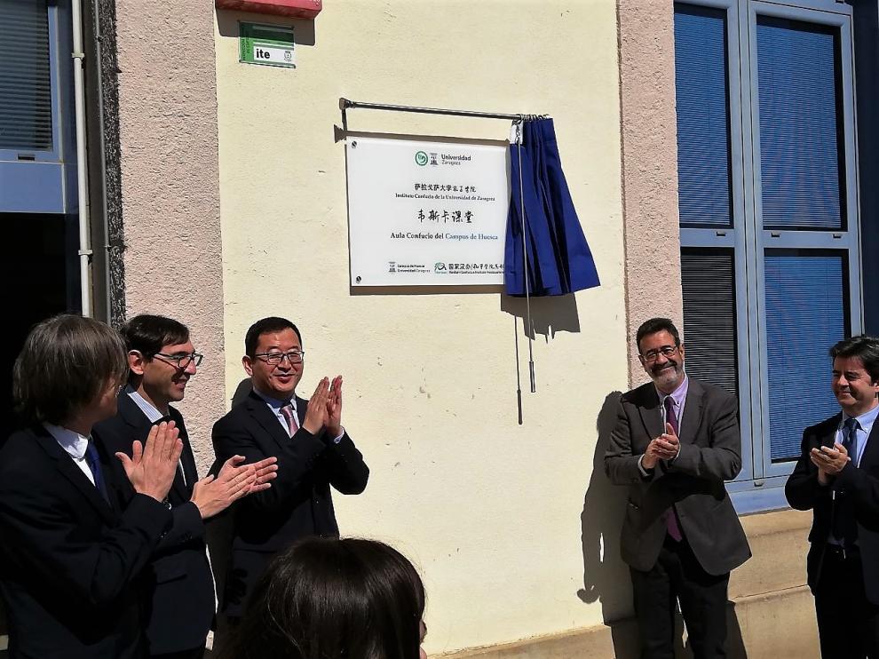 Una placa señala dónde está la sede del Instituto Confucio en Huesca.