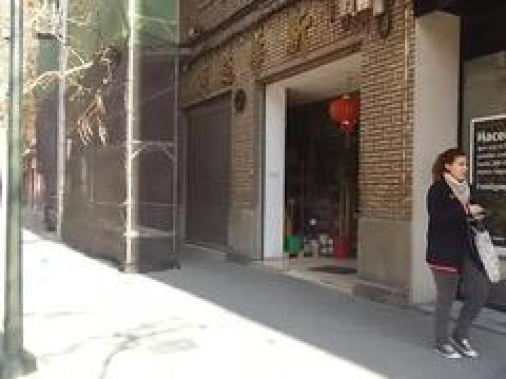 El bazar de comida asiática de la calle San Marcial de Zaragoza, en el que el Seprona de la Guardia Civil incautó una tonelada de alimentos no aptos para el consumo humano que estaban a la venta, continúa abierto.