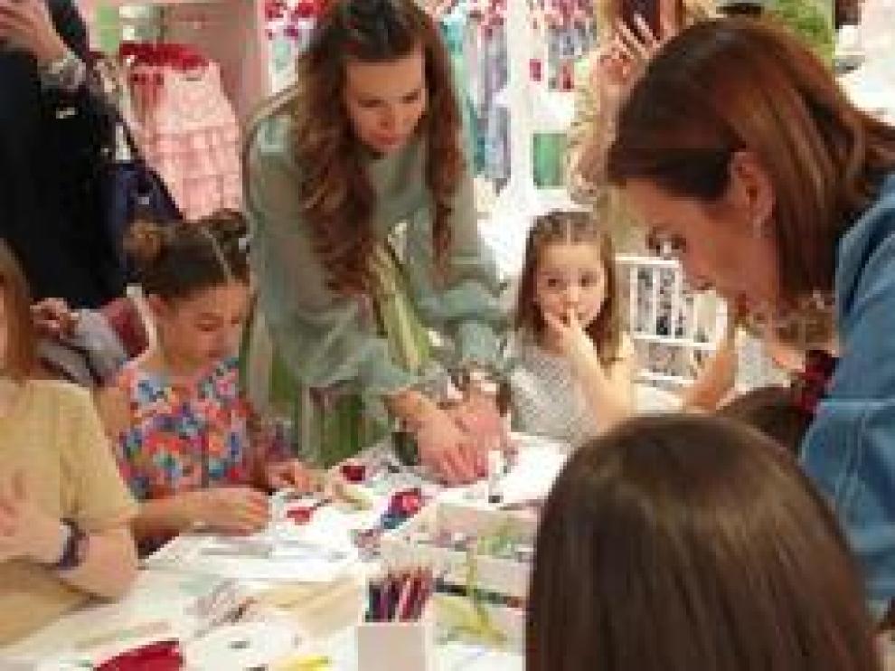 Nieves Álvarez, modelo y diseñadora de N+V, ha enseñado trucos y consejos de moda a las niñas zaragozanas, en un encuentro organizado en El Corte Inglés del paseo Sagasta.