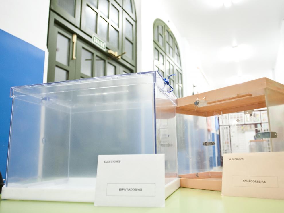 Elecciones Generales 2011. Preparativos en el Colegio Gascon y Marin / foto: Jose Miguel Marco