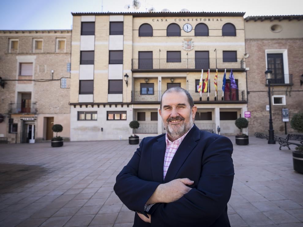 El alcalde de Pedrola, Felipe Ejido, posa frente a la fachada del Ayuntamiento.