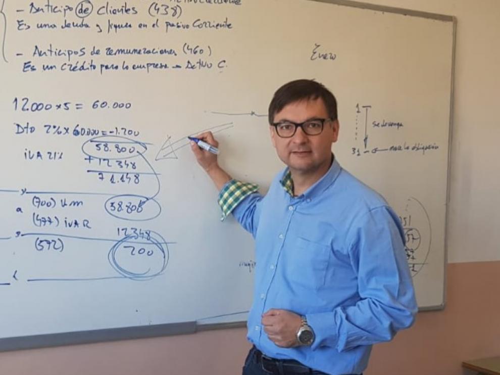 Fermín Civiac, candidato de Vox al Senado por Huesca, es profesor.