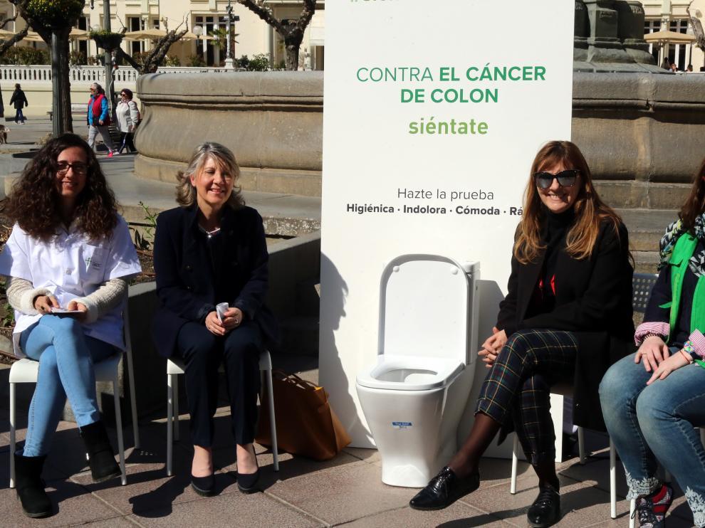 Inodoro instalado en la plaza de Navarra de Huesca para concienciar contra el cáncer de colon.