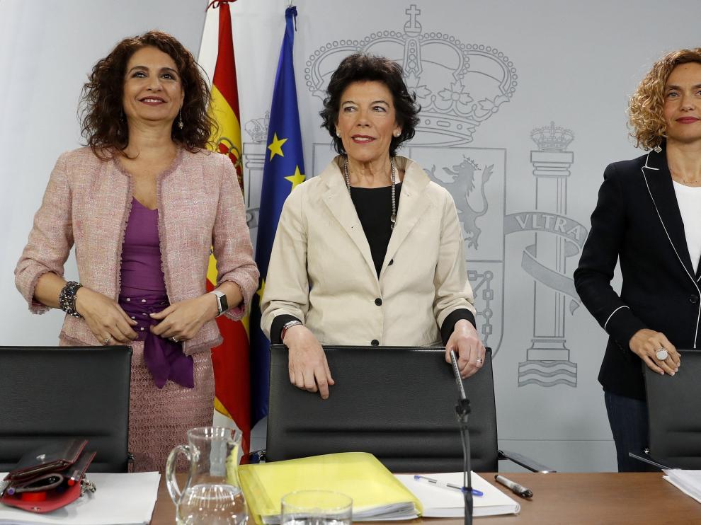 Las ministra de Educación, Isabel Celáa (c); de Hacienda, María Jesús Montero (i); y de Política Territorial, Meritxell Batet (d), durante la rueda de prensa posterior al Consejo de Ministros.