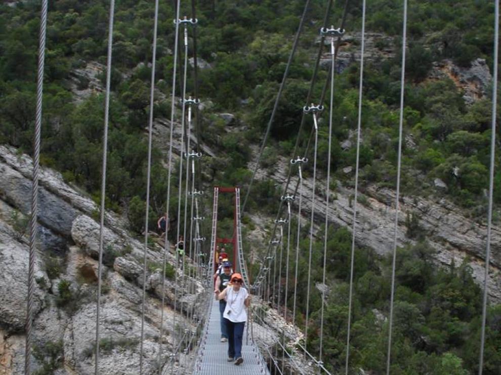 Los primeros senderistas ya han podido pasar por el puente.