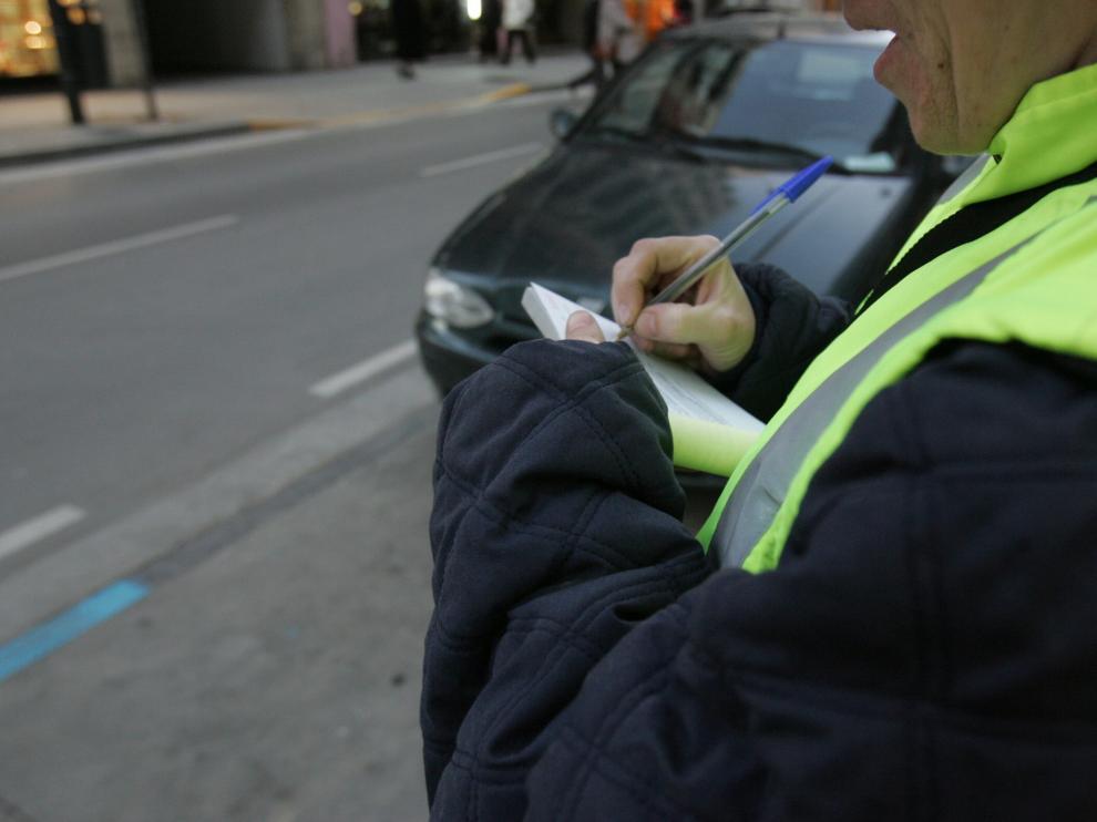 Policía Local de Huesca multando