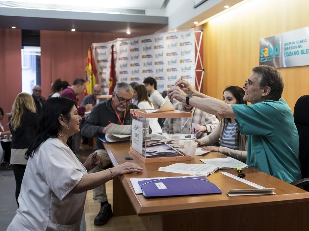 Trabajadores sanitarios votando en el hospital Clínico de Zaragoza