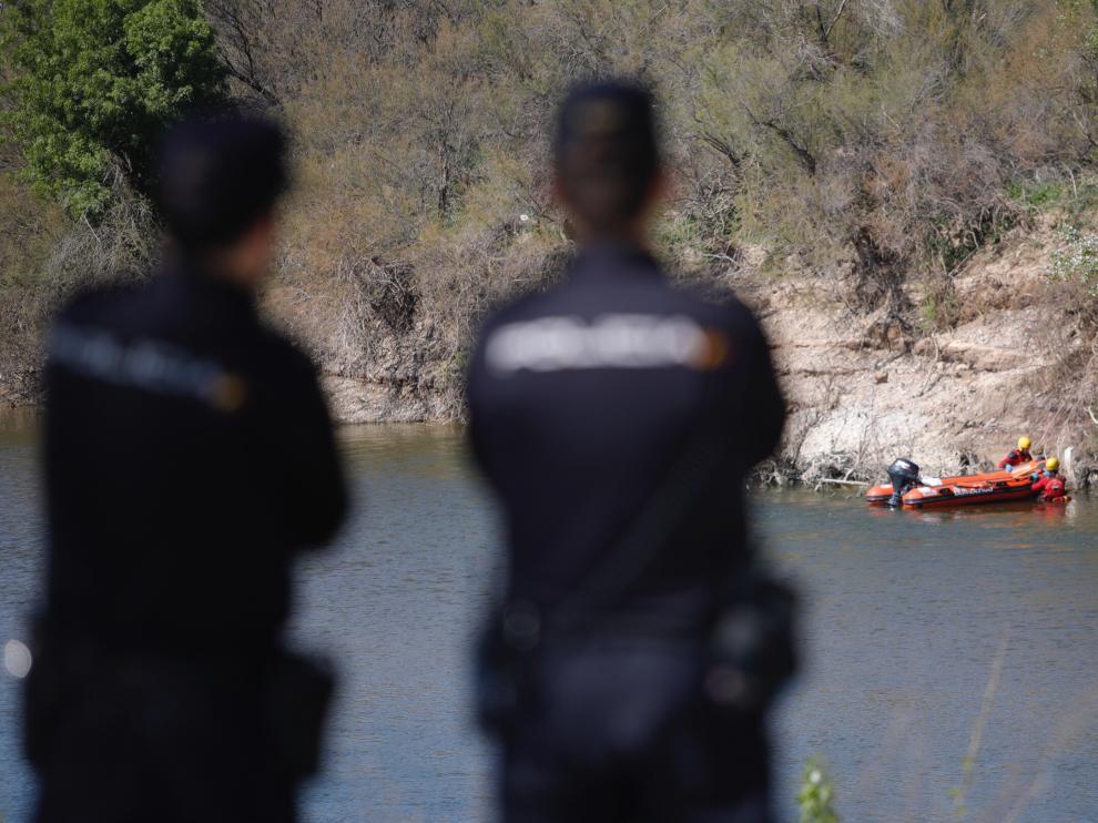 Los Bomberos de Zaragoza han desplegado un operativo para localizar el cuerpo