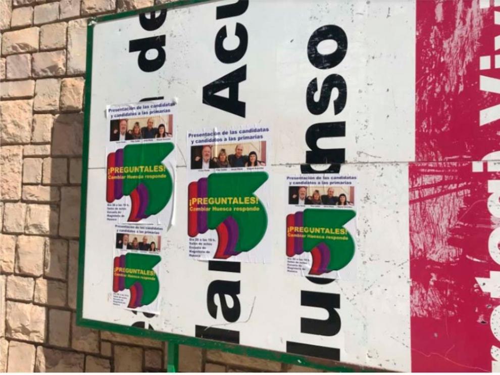 Carteles de Cambiar Huesca en un espacio reservado para propaganda electoral.