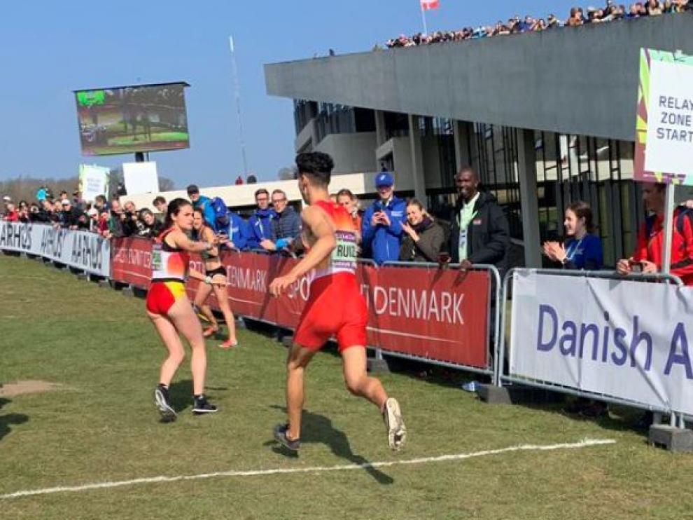 Espejo toma el relevo en la prueba por equipo mixto en el Mundial de cross en Aarhus (Dinamarca