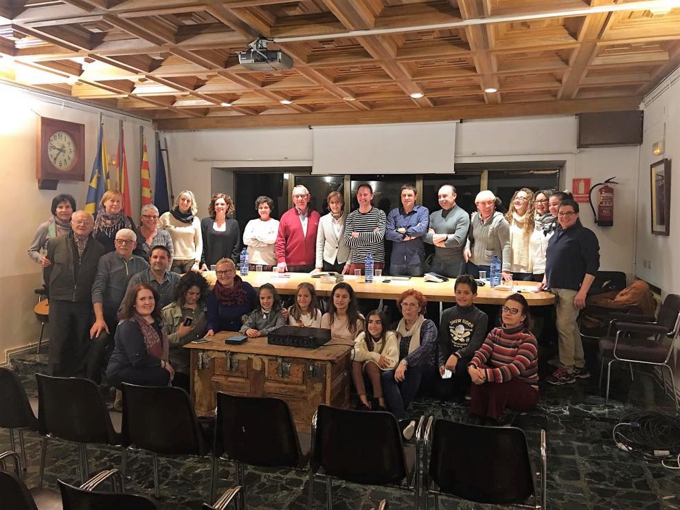 Fotografía de familia con representantes de la Academia de la Artes en el Ayuntamiento de Ayerbe