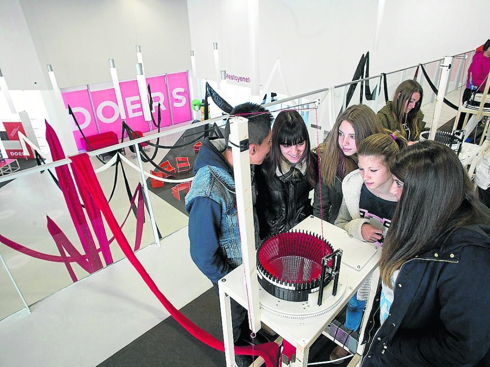 Un grupo de jóvenes participa en una actividad cultural en el centro Etopia