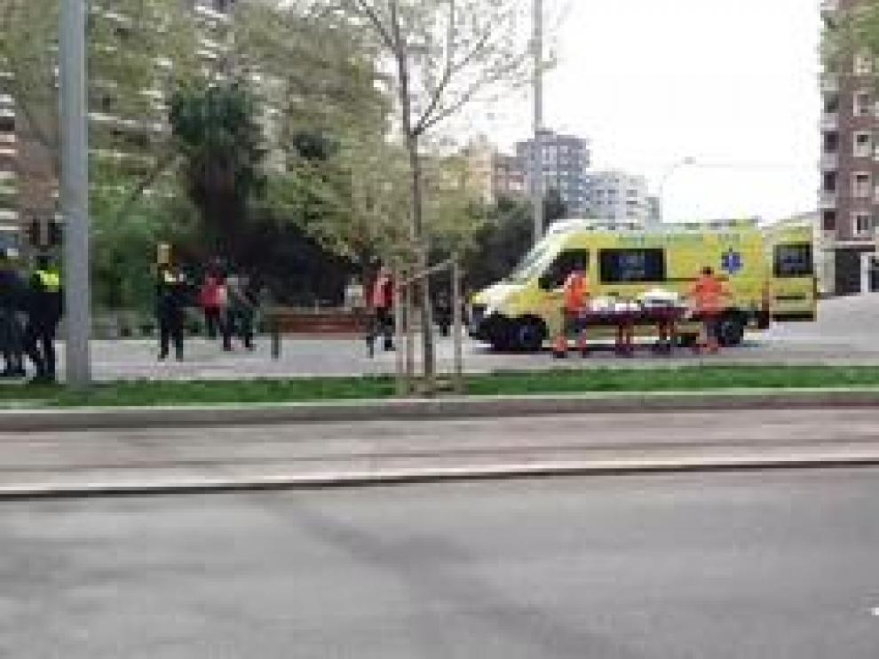 """Según han informado fuentes de Los Tranvías de Zaragoza, el hombre cruzaba """"hablando por el móvil"""" en la Gran Vía."""