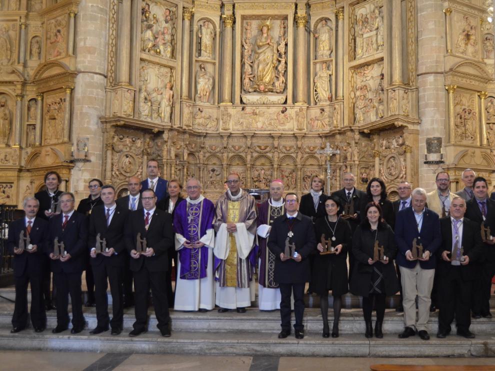 Todos los hermanos mayores de las cofradías junto a los obispos.