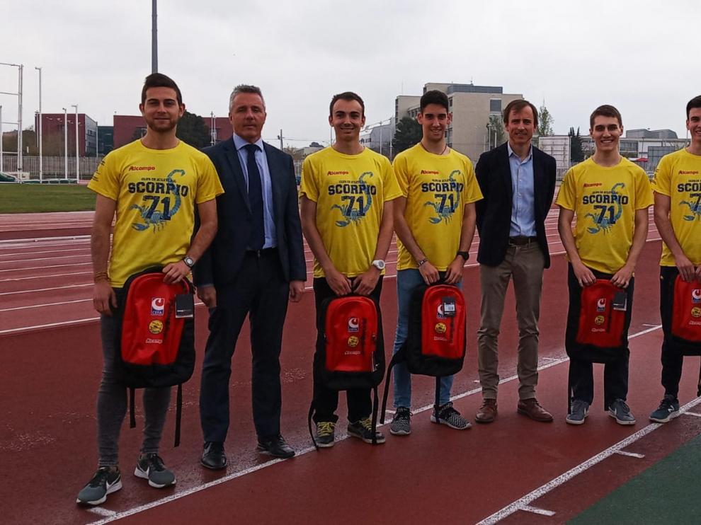Atletas del Simply Scorpio de División de Honor, junto con representantes de la DGA, CEFA y el club zaragozano