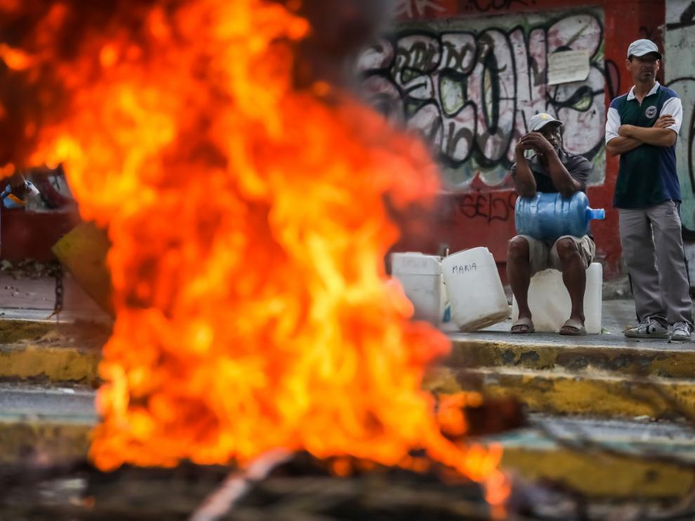 Sin luz ni agua, se desatan las protestas en Caracas