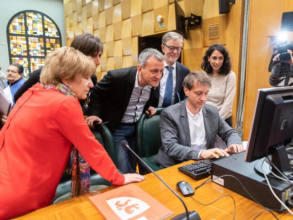 Sorteo de los miembros de las mesas electorales, este lunes en el Ayuntamiento de Zaragoza.