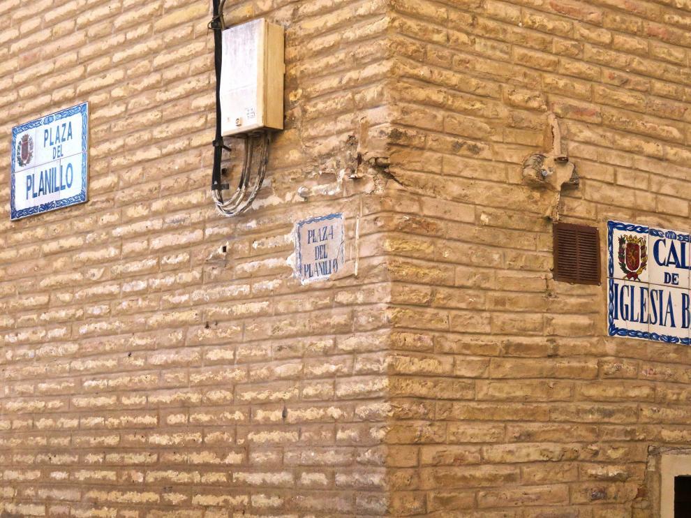 Algunas de las antiguas placas, en una calle de Villamayor.