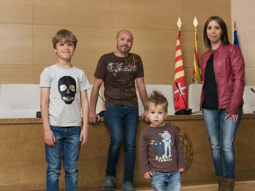 Astrid y Javier, con Pablo y el pequeño Acher, en el ayuntamiento.