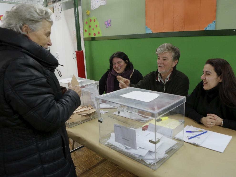 El alcalde de Zaragoza, Pedro Santisteve, fue presidente de mesa electoral en las elecciones general de 2015.