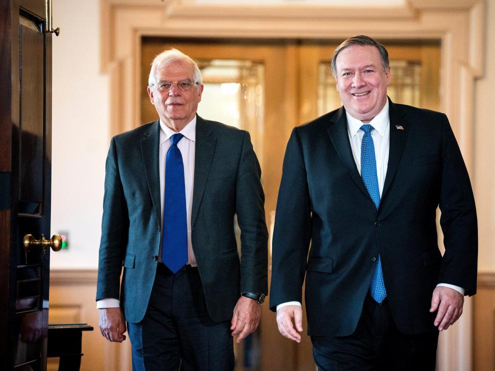 El ministro español de Exteriores, Josep Borrell (izq), y el secretario de Estado de EE.UU., Mike Pompeo (dcha), a su llegada para ofrecer declaraciones a la prensa tras reunirse este lunes en el Departamento de Estado, en Washington, DC