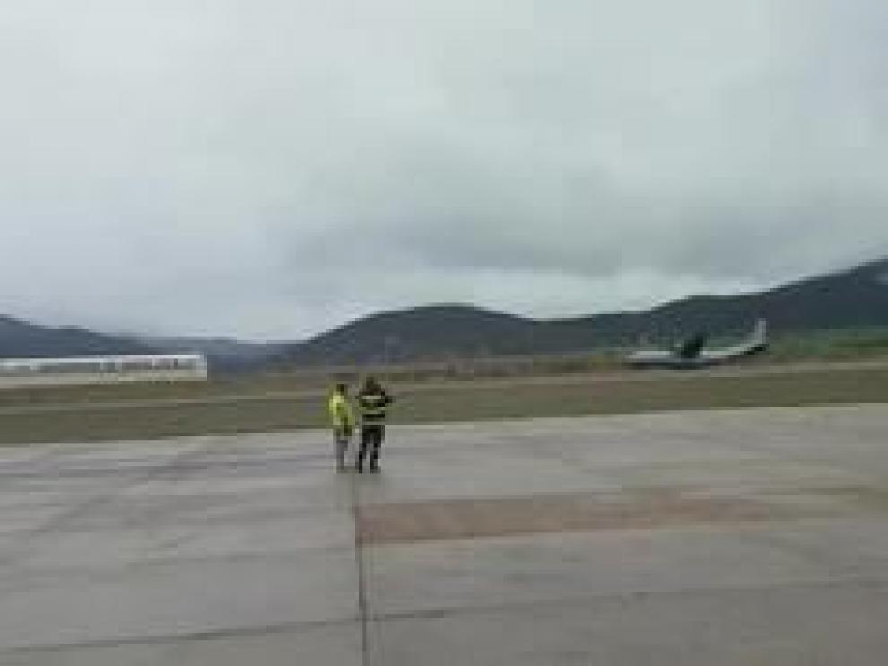 La aeronave del Ejército del Aire ha dado varios botes en la pista al intentar aterrizar y al final se ha salido de ella cayendo por una vaguada.