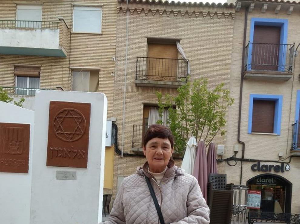 Carmen Gaspar, con su pancarta, frente al ayuntamiento.