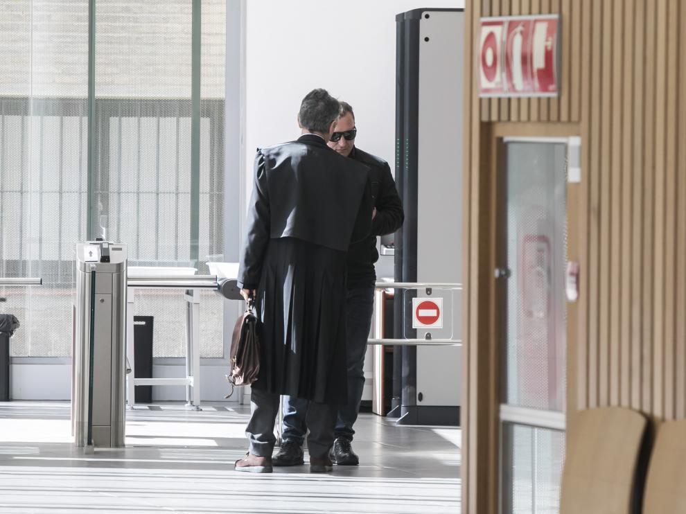 El acusado, Catalin Urso, habla con su abogado en la Audiencia Provincial de Zaragoza.