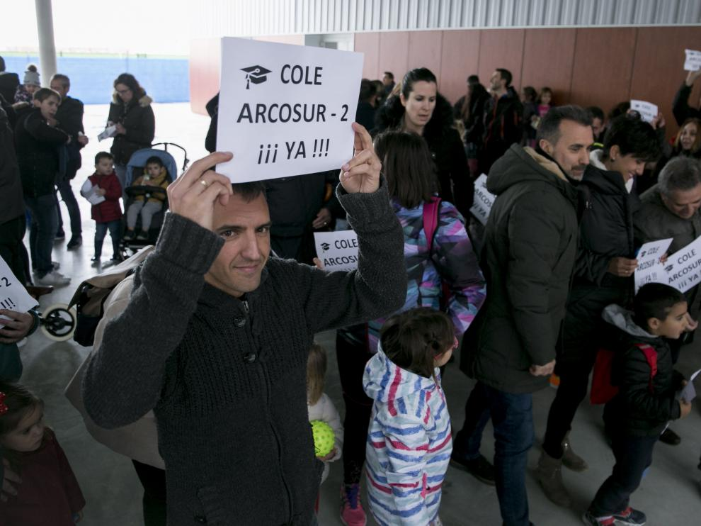 Familias de Arcosur se concentraron ayer para reclamar la construcción de un nuevo colegio para el barrio.