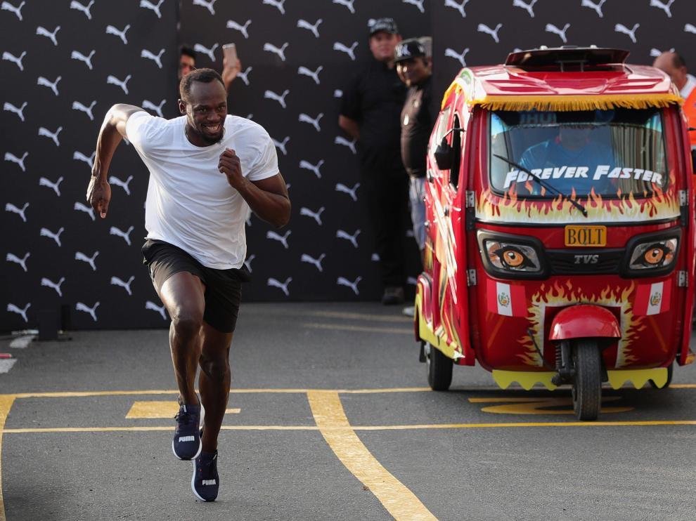 Usain Bolt dejó atrás al mototaxi desde el pistoletazo de salida.