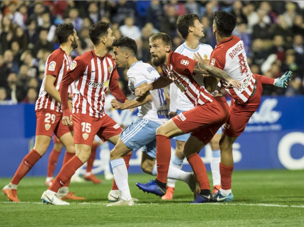 Melé de jugadores en el Real Zaragoza-Almería en La Romareda hace 20 días. Los almerienses jugarán este sábado en el campo del Extremadura.