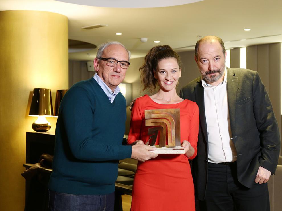 Germán Sanz, Carmen Ruiz y Vicent Sanchís, con el premio.