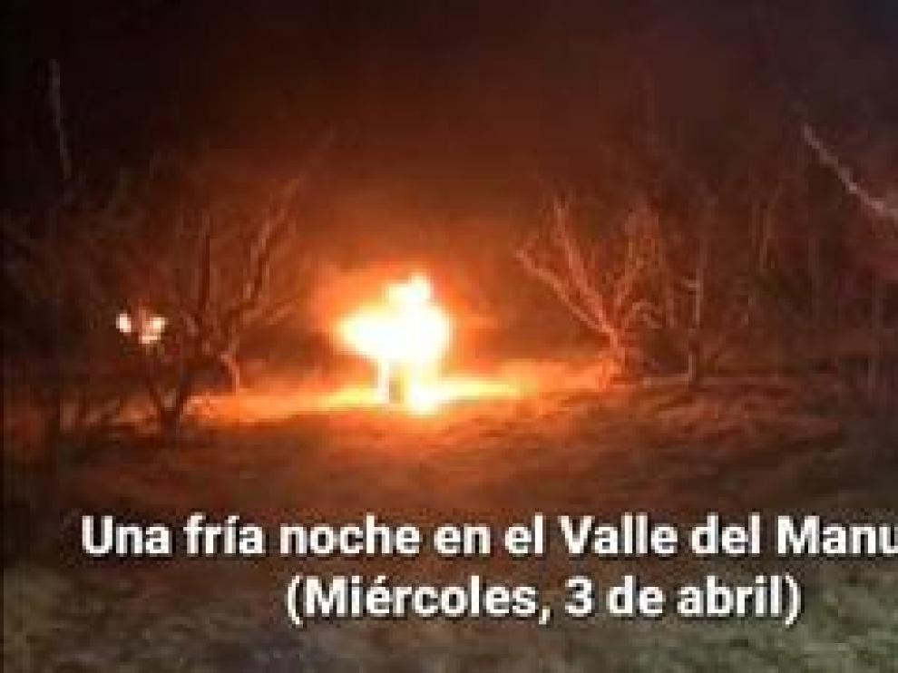 Los agricultores de la comarca de Calatayud, los más afectados por las bajas temperaturas, llevan días realizando riegos antiheladas y sembrando sus campos de antorchas y candelas para proteger los brotes.