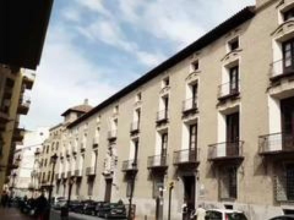 En la calle de Predicadores de la capital aragonesa se emplazaba el antiguo palacio de los duques de Villahermosa. Del edificio primitivo solo queda la fachada, considerada plenamente barroca urbana