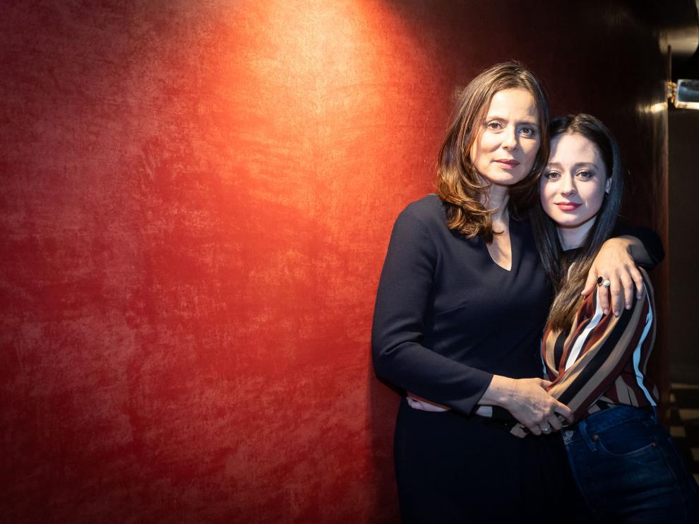 Elena Rivera (dcha.) posa junto a Aitana Sánchez-Gijón en el Teatro Principal de Zaragoza