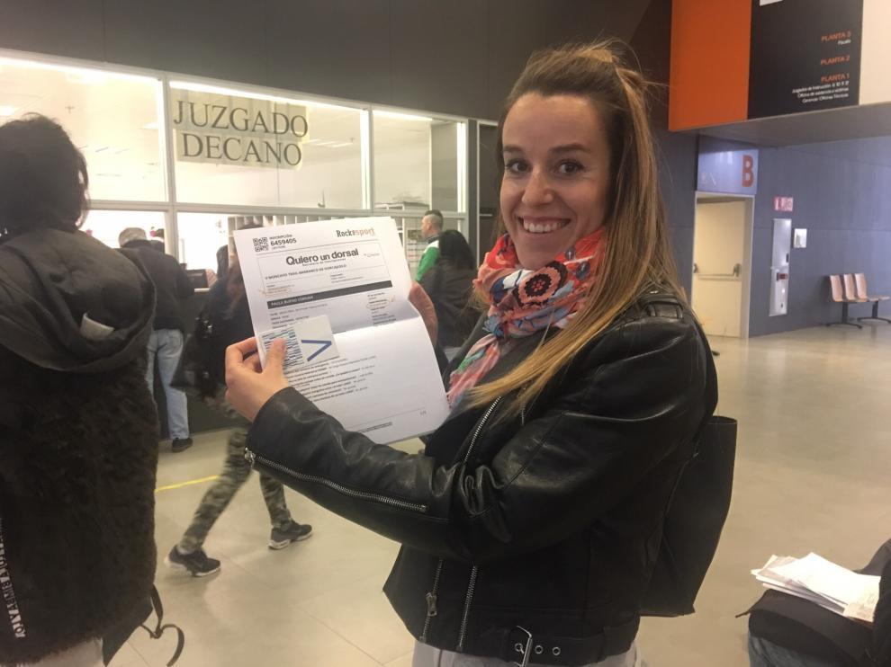 La atleta Paula Bueno, 'Paulatinamente' en la Ciudad de la Justicia de Zaragoza presentando su excusa ya que corre el día de las elecciones generales