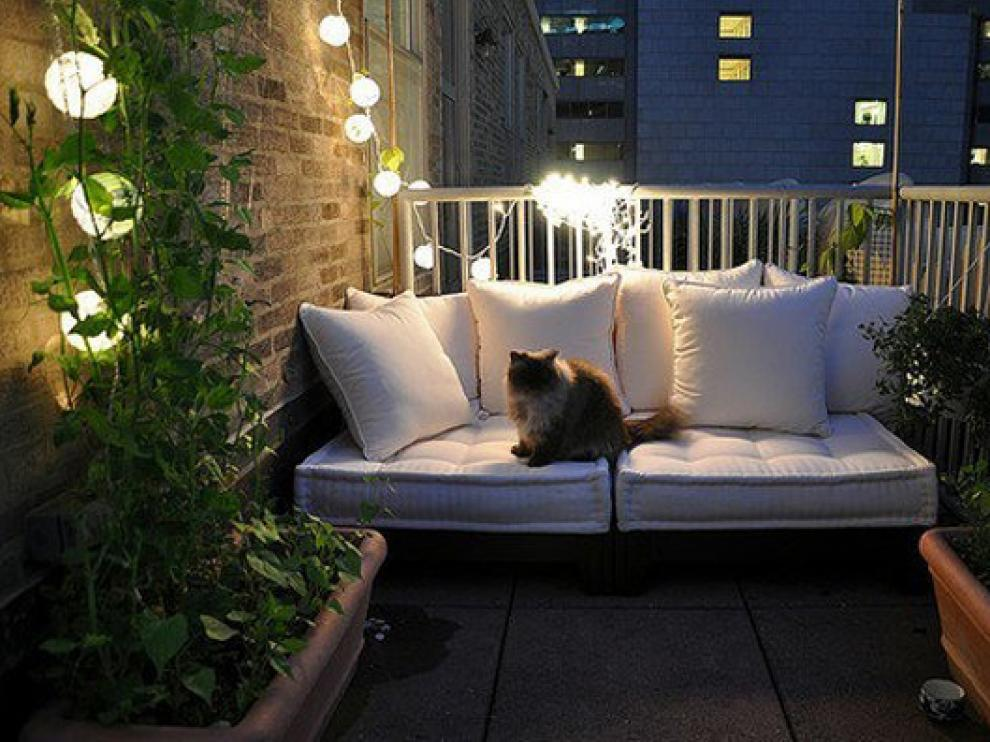 Una idea luminosa para decorar el balcón