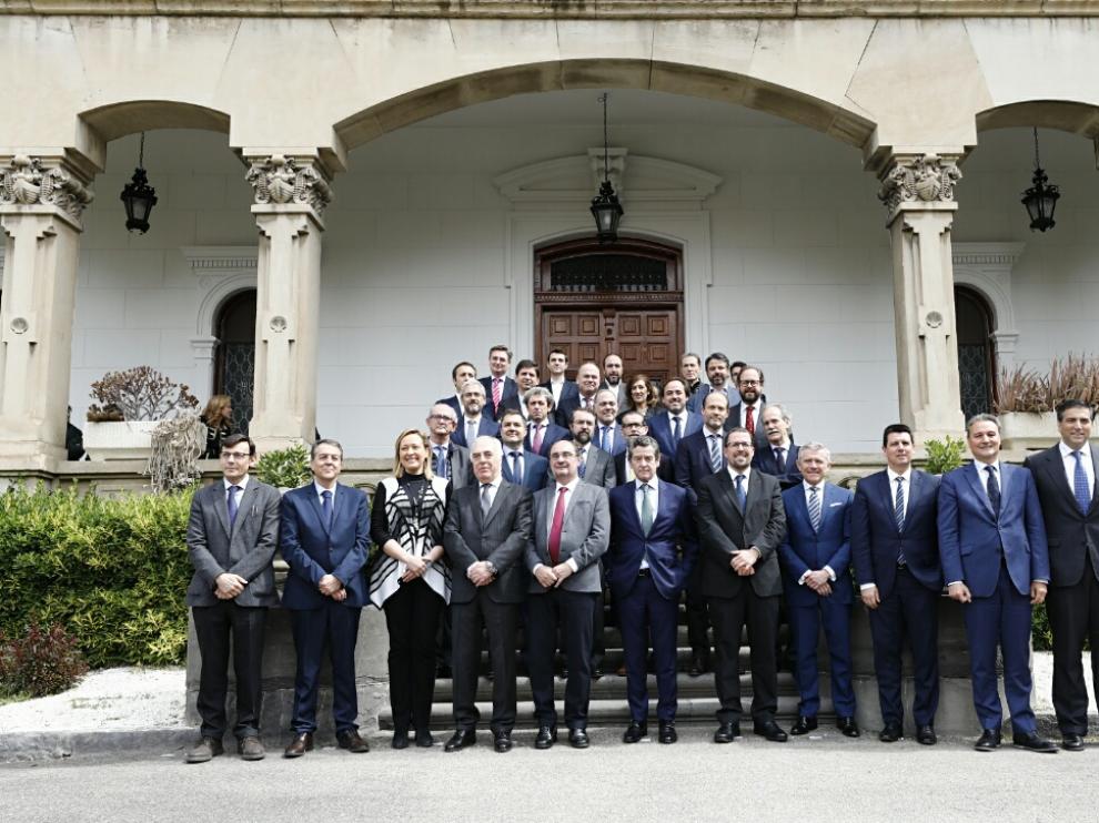Los directivos de las principales empresas de fabricantes de coches del país se han reunido en Zaragoza invitados por el Gobierno de Aragón e Ibercaja para hablar de la movilidad del futuro. Foto de familia de todos ellos.