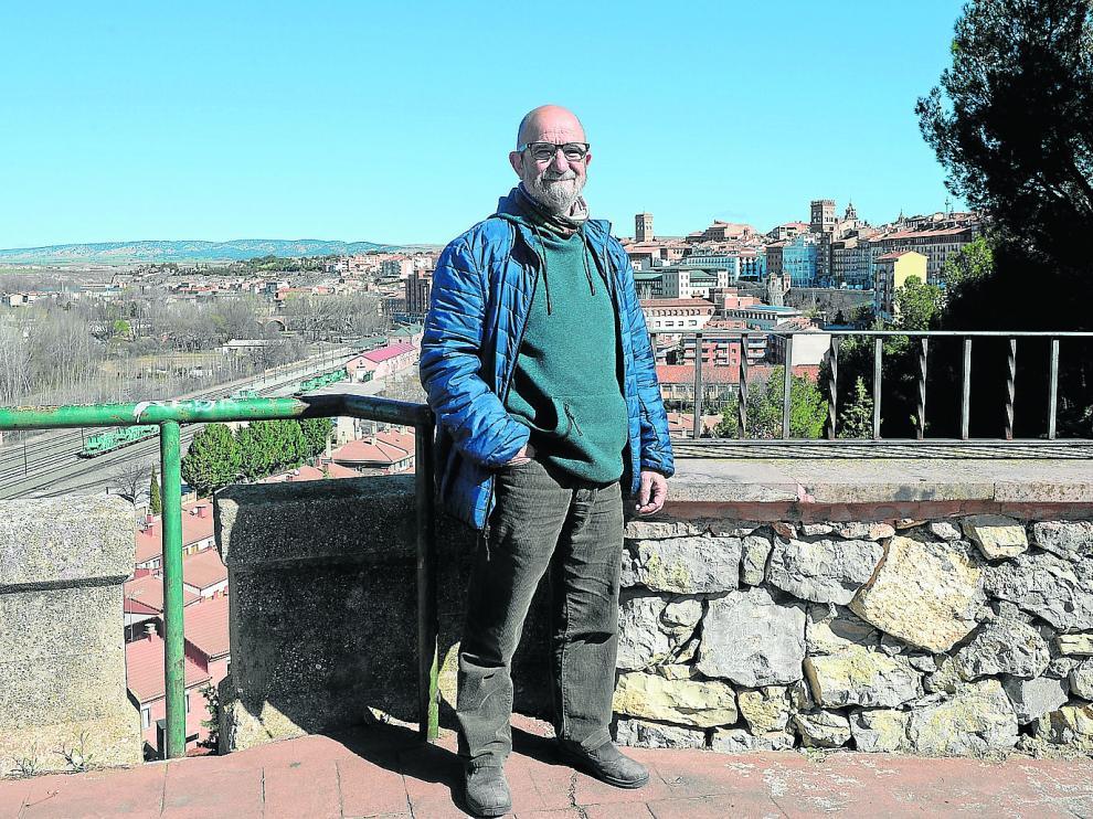 El portavoz de Teruel Existe y presidente de la Federación de Asociaciones de Vecinos, Pepe Polo, con la capital turolense al fondo.