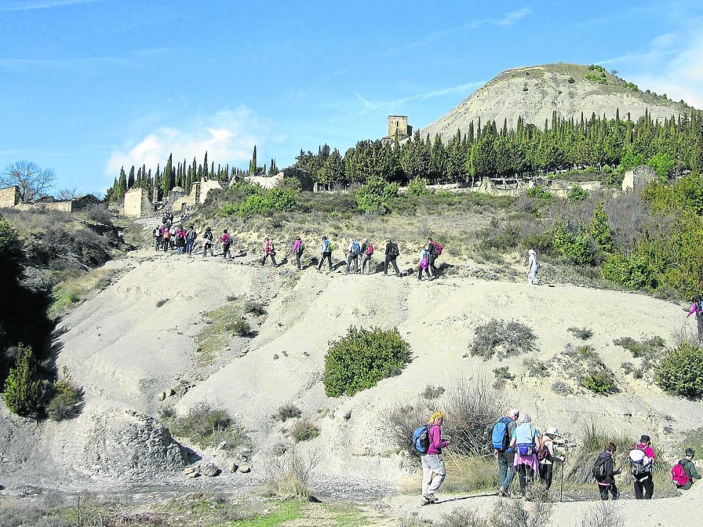 Entrada de un grupo de peregrinos navarros en la localidad zaragozana de Esco, hace unos días.