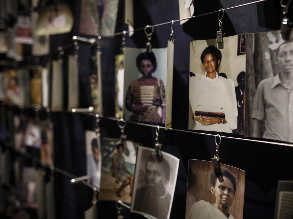 Imágenes de los asesinados en el genocidio de 1994 en Ruanda expuestas en el Centro Memorial de Kigali.