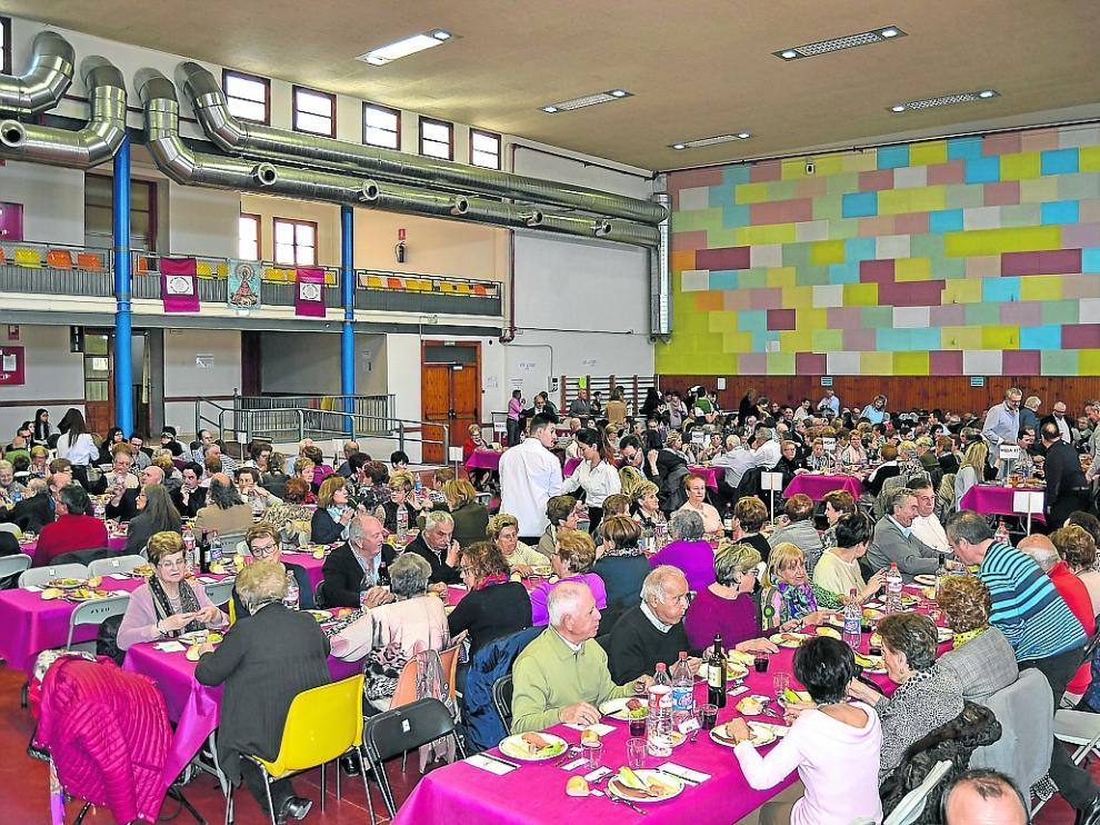 La jornada festiva culminó con una comida popular a la que asistieron más de 400 personas
