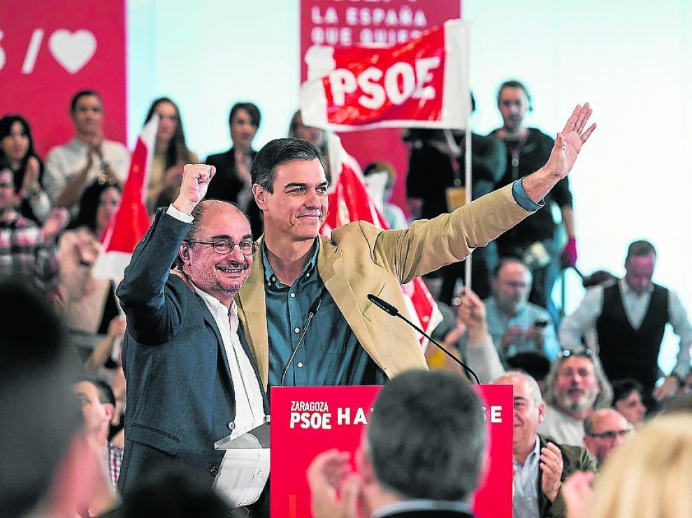 Lambán y Sánchez, en el escenario, antes de comenzar el mitin.