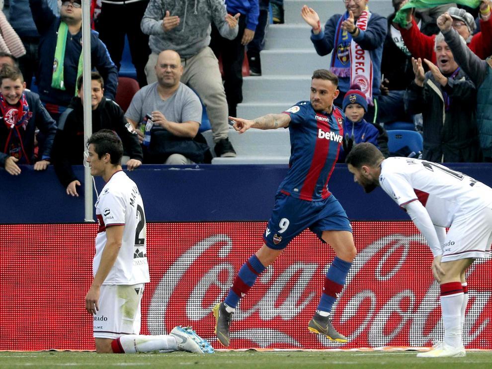 Roger celebra el gol que ha marcado a la SD Huesca en el Ciudad de Valencia.