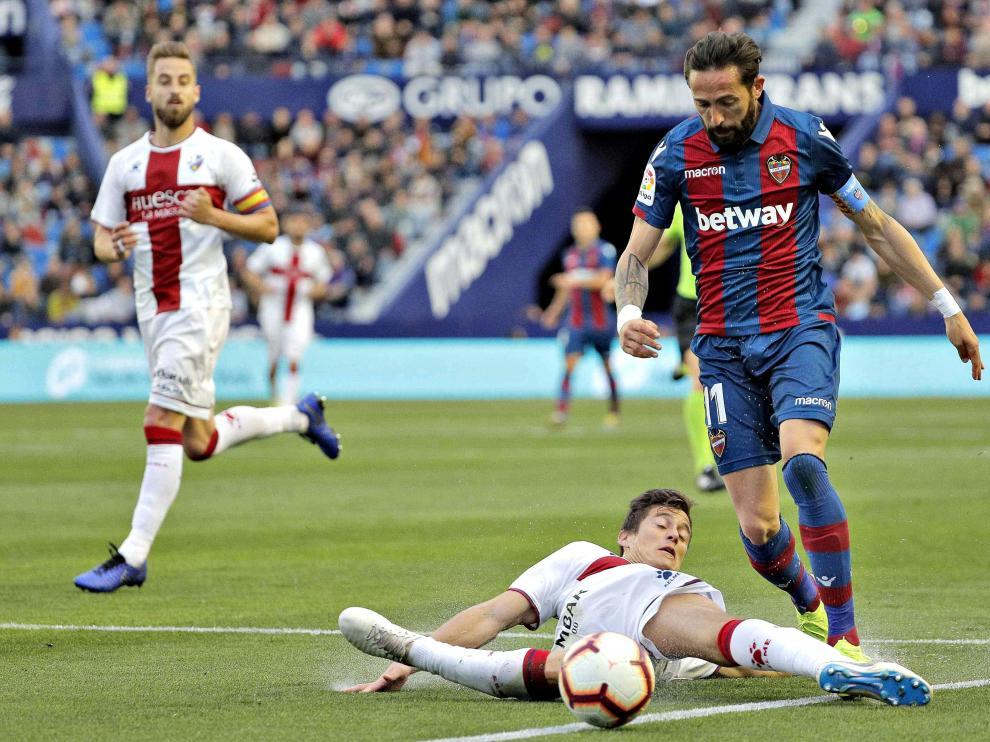 Mantovani intenta cortar a Morales en la jugada en la se le señalizó penalti.