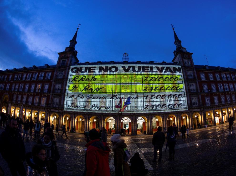 Proyección de un vídeo sobre los papeles de Bárcenas en la plaza Mayor de Madrid.