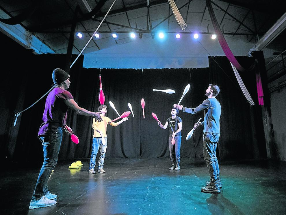 Un grupo de malabaristas, entre ellos Los Kepler, ensayando en La Casa del Circo.