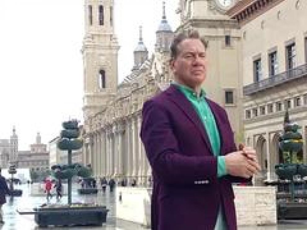 Michael Portillo, periodista y presentador, hace una parada en Zaragoza con motivo de la grabación de un nuevo documental.